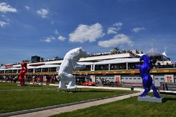 Une sculpture dans les stands