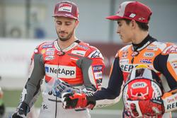 Andrea Dovizioso, Ducati Team, fait une blague à Marc Marquez, Repsol Honda Team