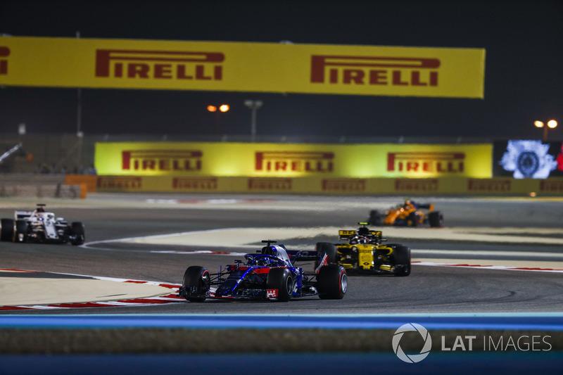Brendon Hartley, Toro Rosso STR13 Honda, Carlos Sainz Jr., Renault Sport F1 Team R.S. 18, Marcus Ericsson, Sauber C37 Ferrari