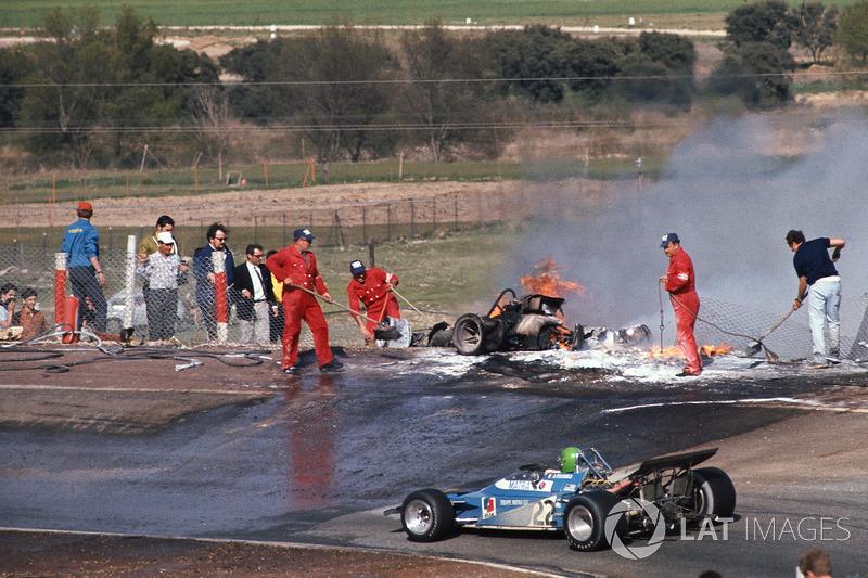 Henri Pescarolo, Matra-Simca MS120, Jacky Ickx ve Jackie Oliver'ın yanın aracının yanından geçiyor