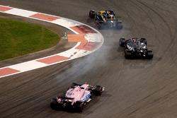 Нико Хюлькенберг, Renault F1 Team RS17, и Ромен Грожан, Haas F1 Team VF-17