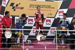 Podium : le vainqueur Manuel Poggiali, le deuxième Toni Elias, le troisième Dani Pedrosa