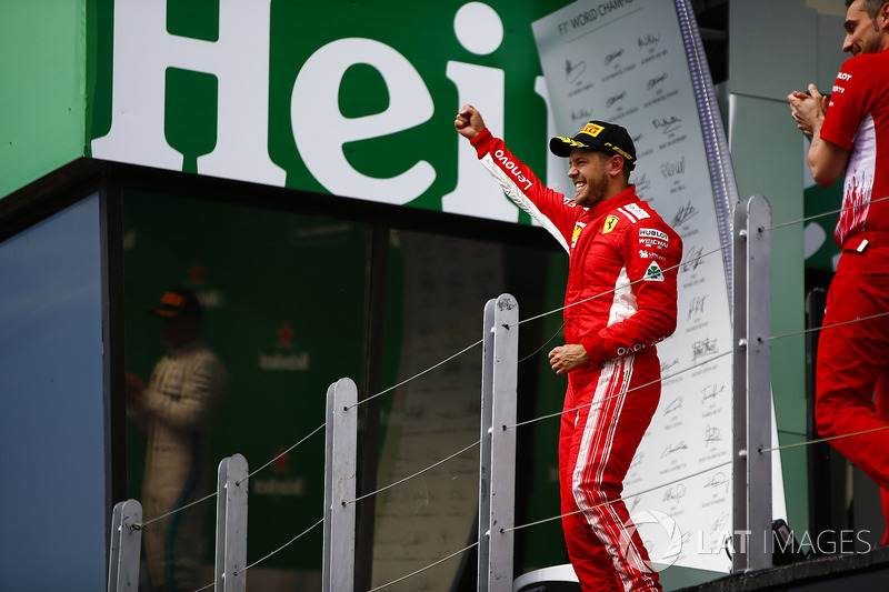 Sebastian Vettel, Ferrari, 1° classificato, festeggia all'arrivo sul podio