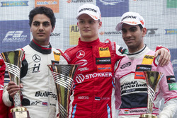 Podium: winnaar Ralf Aron, PREMA Theodore Racing Dallara F317 - Mercedes-Benz, tweede Enaam Ahmed, Hitech Bullfrog GP Dallara F317 - Mercedes-Benz, derde Jehan Daruvala, Carlin Dallara F317 - Volkswagen