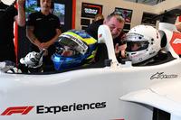 Barbara Palvin con Paul Stoddart, y Zsolt Baumgartner, en el coche de dos plazas F1 Experiences