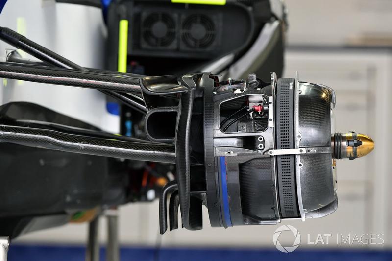 Sauber C36, detalle del freno delantero y otras piezas del coche