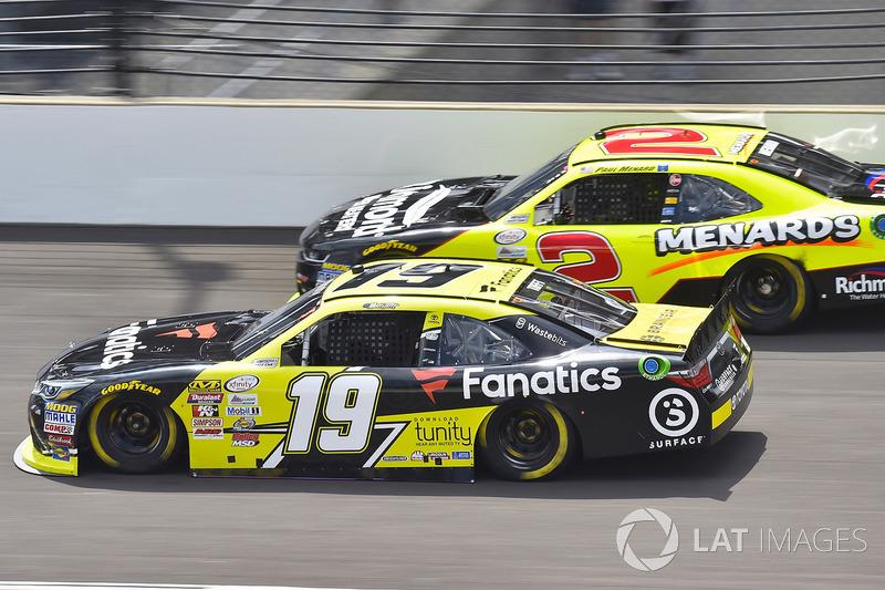 Matt Tifft, Joe Gibbs Racing Toyota y Paul Menard, Richard Childress Racing Chevrolet
