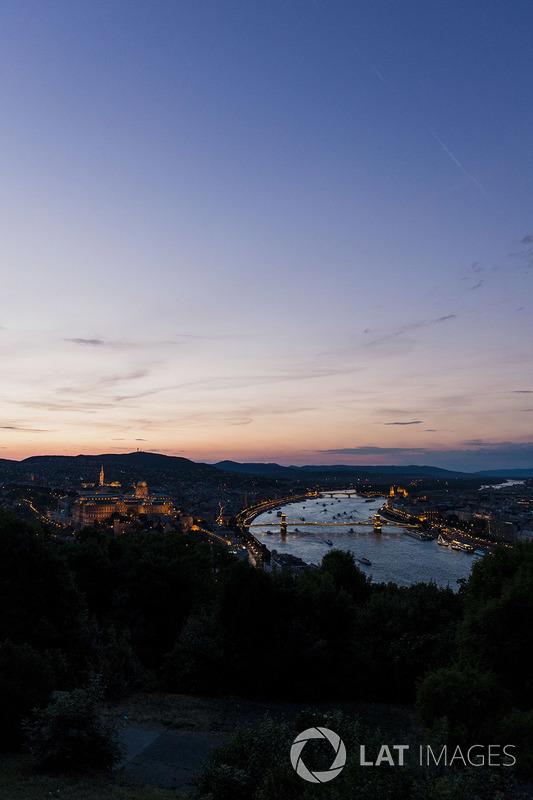 Вид на Будапешт у сутінки