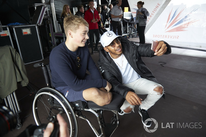 Lewis Hamilton, Mercedes AMG F1 con el piloto de Formula 4 Billy Monger