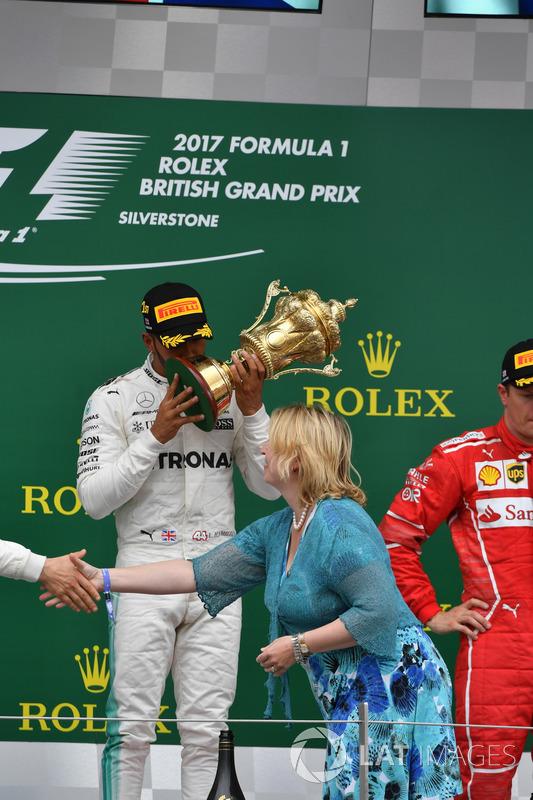 Lewis Hamilton, Mercedes AMG F1 recibe el trofeo de los ganadores de Karen Bradley MP, Secretaria de estado de cultura, medios de comunicación y deporte en el podio