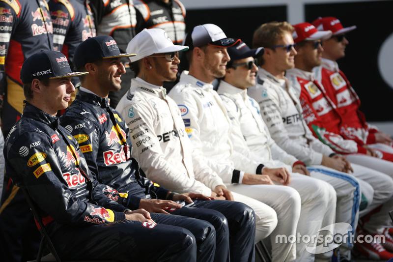 Foto de grupo de pilotos de fin de temporada