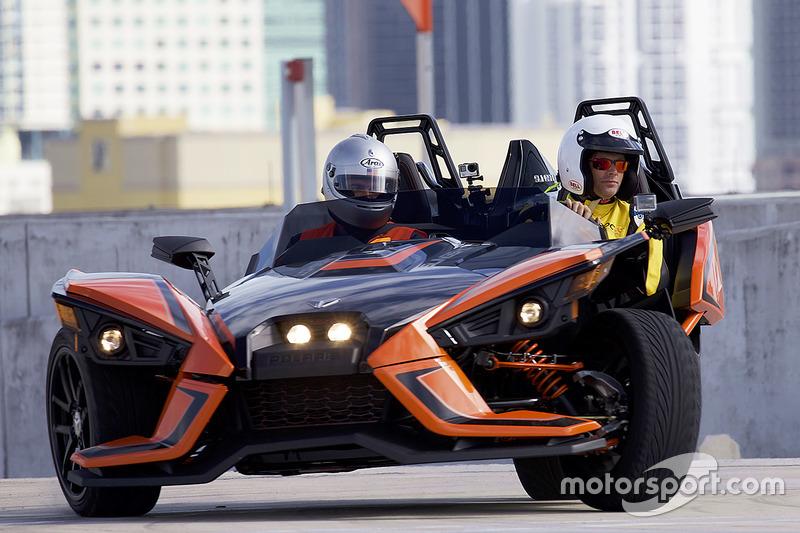 Motorsport.com Editor en jefe Charles Bradley conduce un Polaris Slingshot