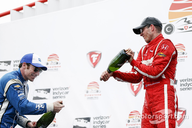 Ganador, Sébastien Bourdais, Dale Coyne Racing Honda , segundo, Simon Pagenaud, Team Penske Chevrolet celebra con champagne