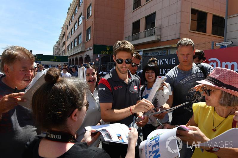 Romain Grosjean, Haas F1 signe des autographes pour les fans