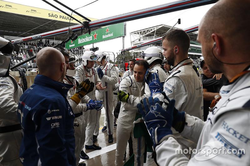 Felipe Massa, Williams, llega con su equipo después del choque