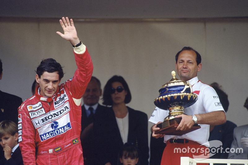 Podio: Ayrton Senna, McLaren Honda, primer lugar con el jefe del equipo Ron Dennis