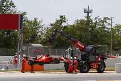 Маршалы убирают с трассы Ferrari SF70H Кими Райкконена