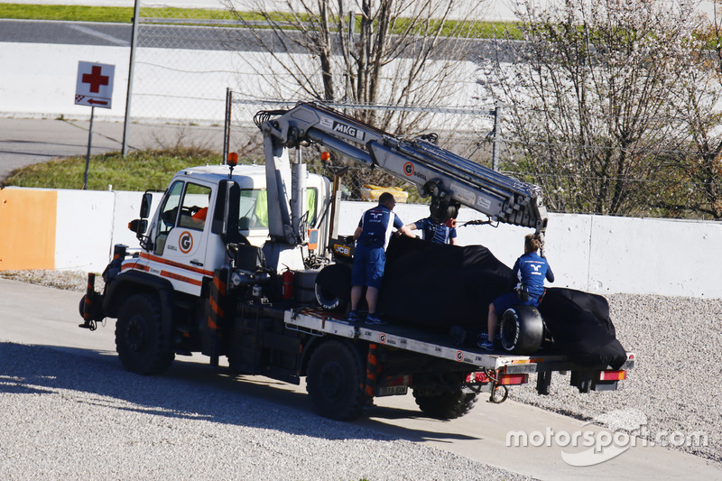 A recovery truck removes the crashed Lance Stroll Williams FW40
