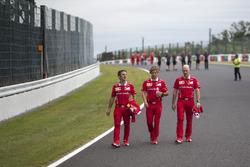 إيناكي رويدا، المسؤول عن استراتيجيّة السباق في فيراري، وآنتي كونتساس، مدرّب سيباستيان فيتيل، فيراري وجوك كلير، كبير مهندسي فيراري