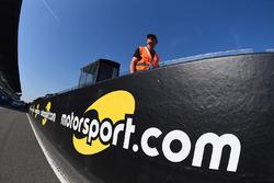 Un logo Motorsport.com dans la voie des stands