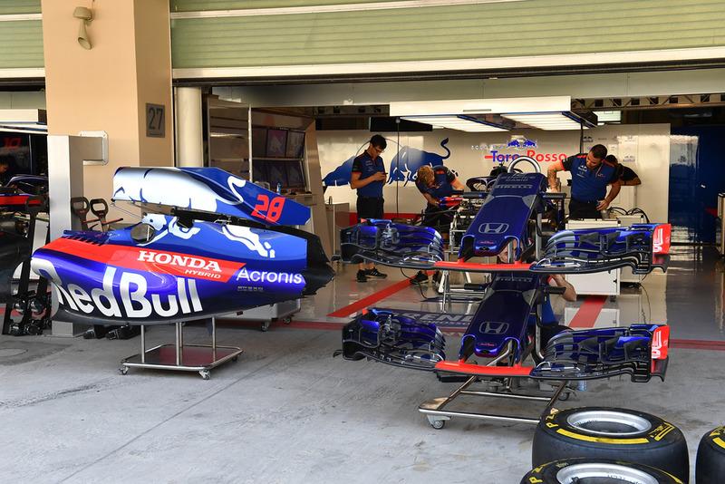 Scuderia Toro Rosso STR13, nel garage