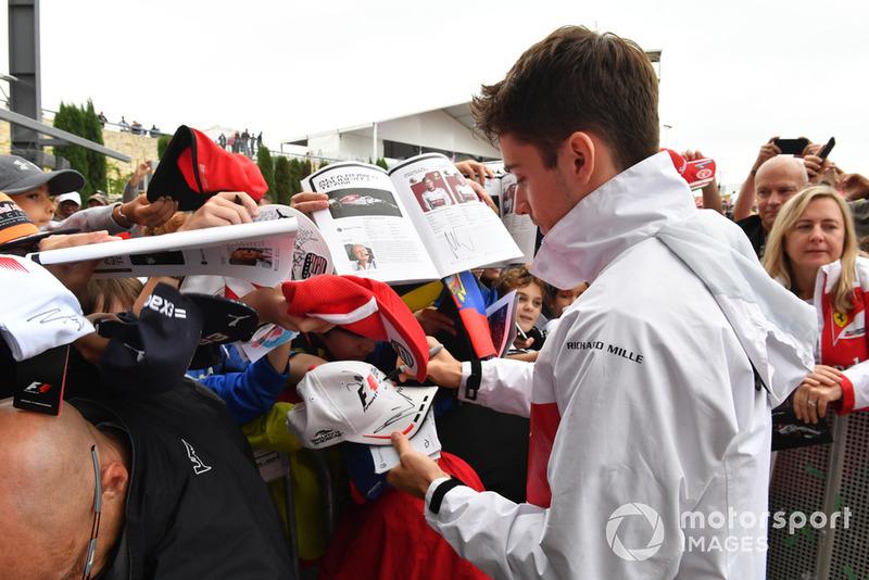 Charles Leclerc, Sauber, firma autografi ai tifosi