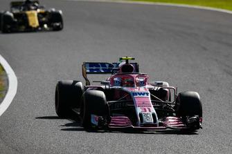 Esteban Ocon, Racing Point Force India VJM11, leads Carlos Sainz Jr., Renault Sport F1 Team R.S. 18