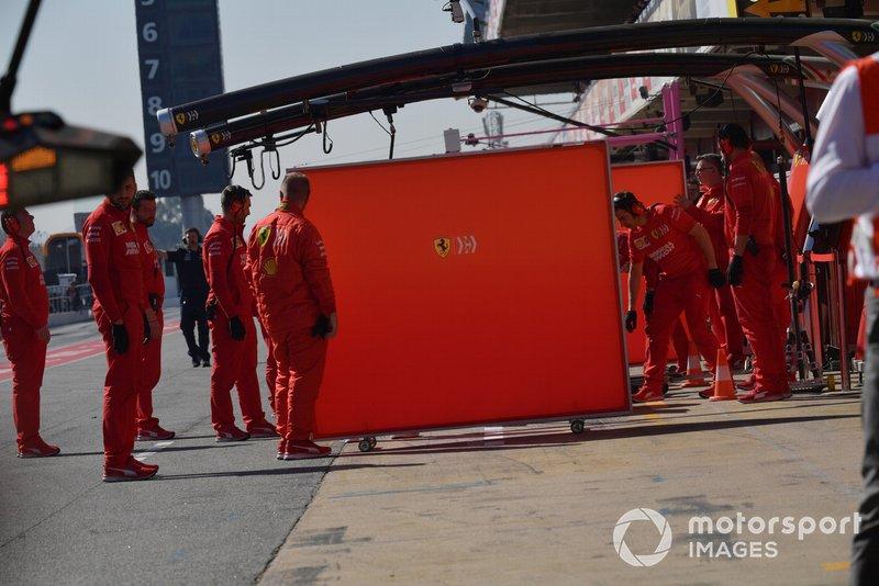 Meccanici Ferrari e paravento