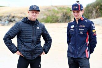 Max Verstappen, Red Bull Racing, parla con la leggenda del surf Mick Fanning