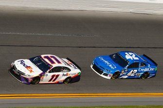 Denny Hamlin, Joe Gibbs Racing, Toyota Camry FedEx Express, Kyle Larson, Chip Ganassi Racing, Chevrolet Camaro Credit One Bank