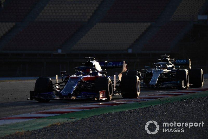 Daniil Kvyat, Scuderia Toro Rosso STR14 y Lewis Hamilton, Mercedes-AMG F1 W10 EQ Power+