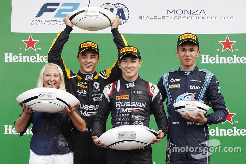 Markelov et Albon sont montés sur le podium aux côtés de Makino et ont eu droit à des trophées... étranges