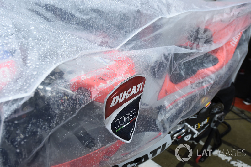 Мотоцикл Ducati, вкритий від дощу
