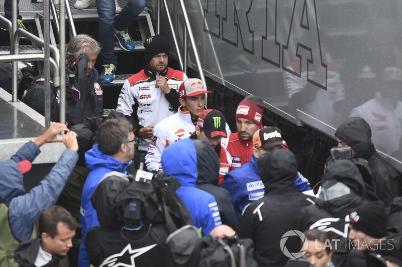 Cal Crutchlow, Team LCR Honda, Marc Marquez, Repsol Honda Team, saliendo de la reunión de seguridad
