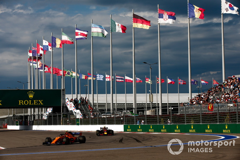 Stoffel Vandoorne, McLaren MCL33, precede Max Verstappen, Red Bull Racing RB14