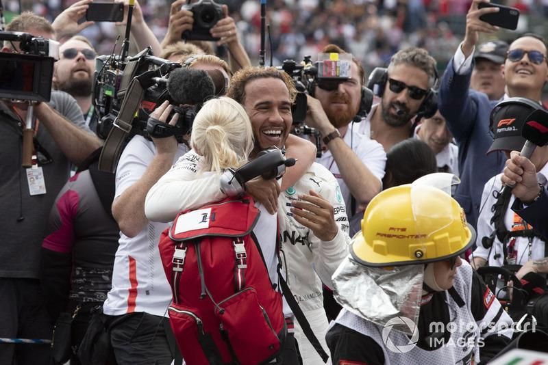 Lewis Hamilton, Mercedes AMG F1 y Angela Cullen, PA, fisio y entrenadora celebran.