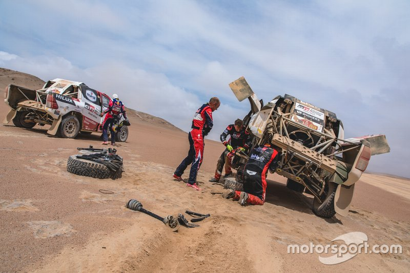 Giniel de Villiers ayuda a Bernhard ten Brinke, Toyota Gazoo Racing