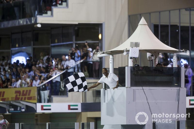 Will Smith sventola la bandiera a scacchi alla fine della gara