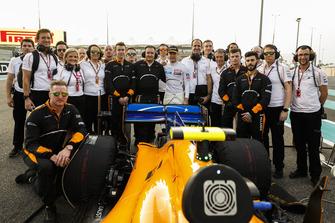 Stoffel Vandoorne, McLaren, with his team on the grid