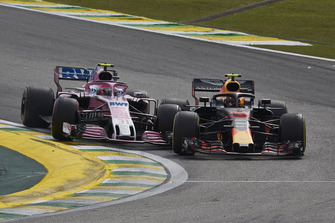 Max Verstappen, Red Bull Racing RB14, y Esteban Ocon, Racing Point Force India VJM11, se tocan