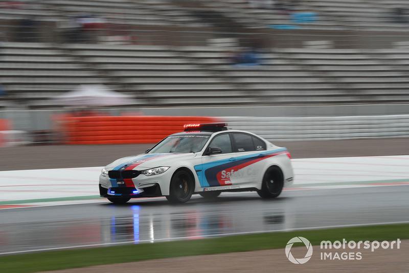 BMW safety car en la lluvia