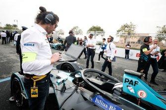 Los ingenieros realizan las revisiones finales del auto de Gary Paffett, HWA Racelab, VFE-05
