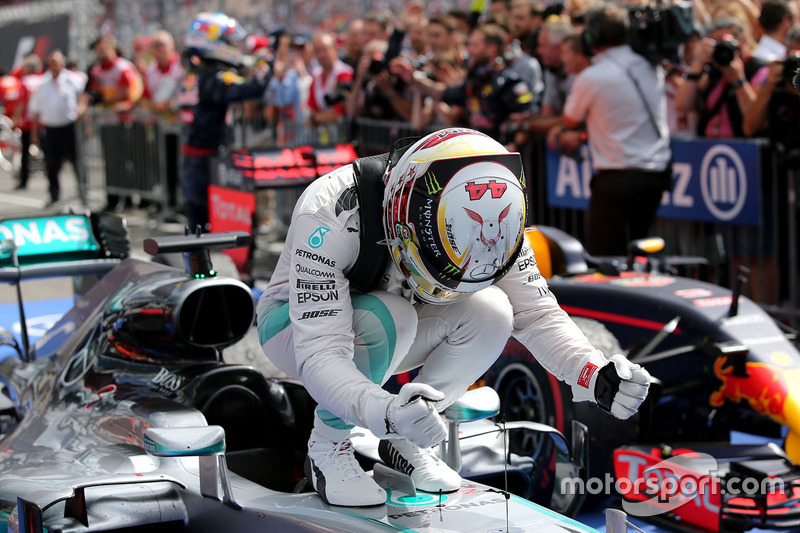 1. Lewis Hamilton, Mercedes AMG F1 W07 Hybrid, im Parc Fermé
