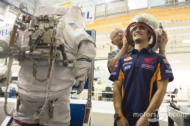 Dani Pedrosa, Repsol Honda Team mira un traje de astronauta durante una visita a la NASA Johnson Space Center