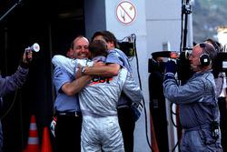 Ron Dennis y Mika Hakkinen, McLaren celebrar el campeonato del equipo