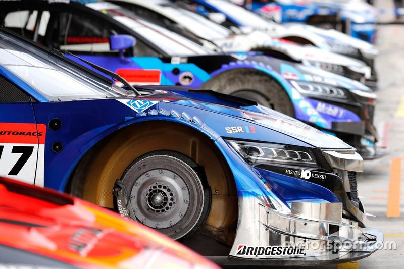 Autos der Super-GT in der Boxengasse