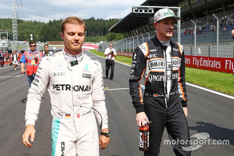 (Da sx a dx): Nico Rosberg, Mercedes AMG F1 con Nico Hulkenberg, Sahara Force India F1