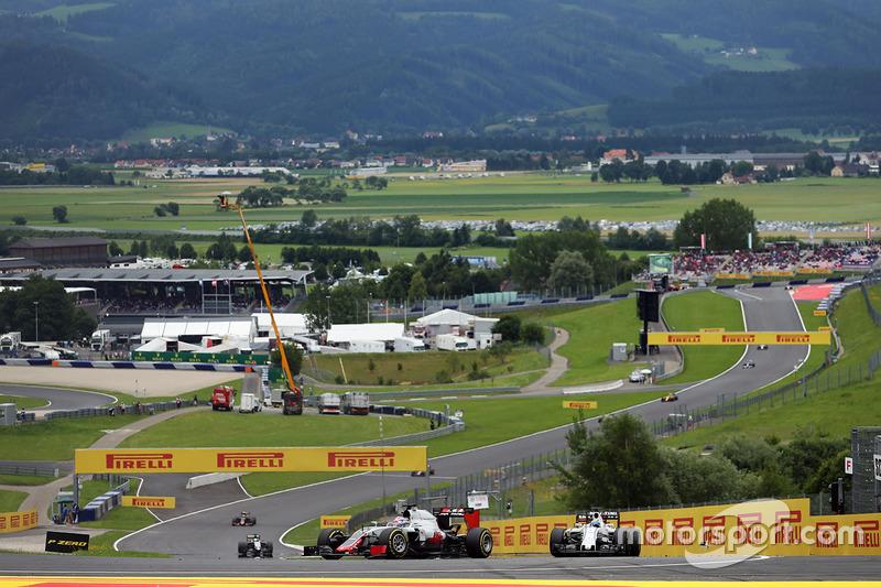 Romain Grosjean (y otros nueve coches más)