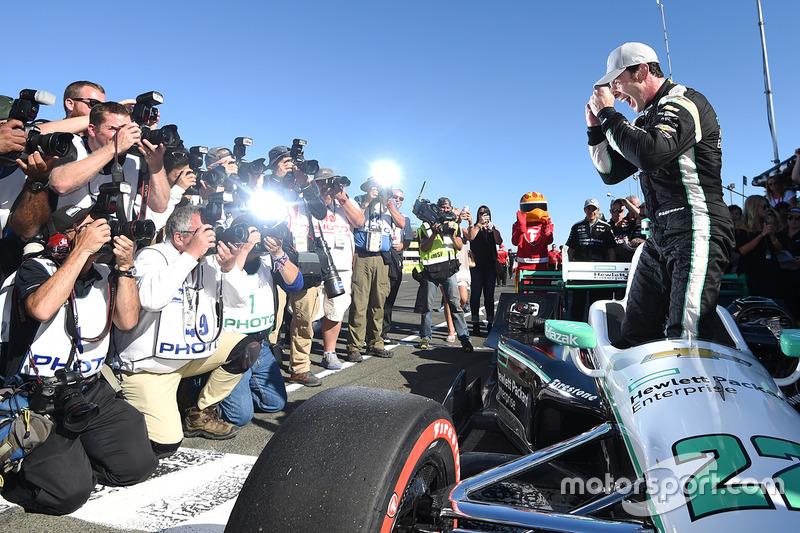 3. Ganador de la pole Simon Pagenaud, Team Penske Chevrolet celebra