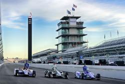 Scott Dixon, Chip Ganassi Racing Honda, Ed Carpenter, Ed Carpenter Racing Chevrolet, Alexander Rossi, Herta - Andretti Autosport Honda Verizon P1 Pole Award front row